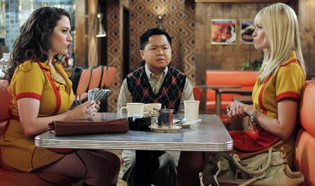 Matthew Moy as Han Lee (centre) in 2 Broke Girls.