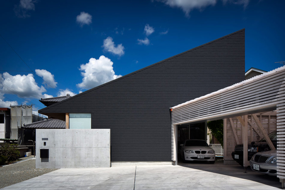 Architecture black roof house by container design japan for Black roof house
